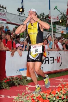 En Raul creuant la línia d'arribada a la Challenge de Roth del 2010.