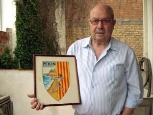 Nicolau Fornés amb l'escut original, dissenyat per en Tomàs Cusell. Foto: carlespascual.cat