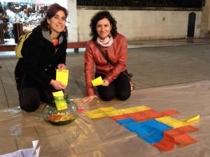 Pilar Rocafort, presidenta d'Esquerra a Calella, i la regidora Cristina Gómez confeccionen el mural. Foto: carlespascual.cat