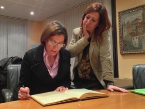La presidenta de l'ANC, Carme Forcadell, signa al llibre d'honor de l'Ajuntament de Calella. Foto: carlespascual.cat