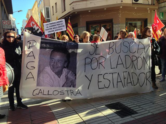 Els treballadors de Gallostra han recorregut els carrers de Calella exigint als propietaris de la tèxtil que paguin