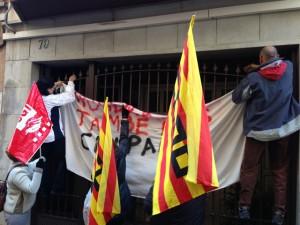 Treballadors de Gallostra pengen pancarta a la casa del director