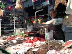 Una de les parades de peix del mercat, situada al passadís central. Foto: carlespascual.cat