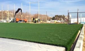 Fins a 26 rotllos de gespa artificial cobriran l'antic camp de futbol de sorra. Foto: carlespascual.cat