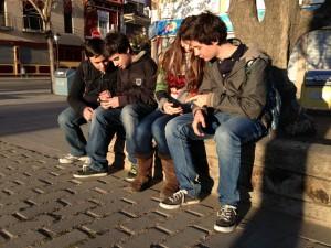 L'Arnau, en Pol, l'Anna i l'Enric han fet un m'agrada a l'Informer de l'Escola PIA, però ja no hi estan tant interessats.. Foto: carlespascual.cat