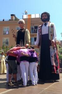 Membres de la Colla de Geganters de Calella fan pinya, al costat dels gegants Treball i Cultura