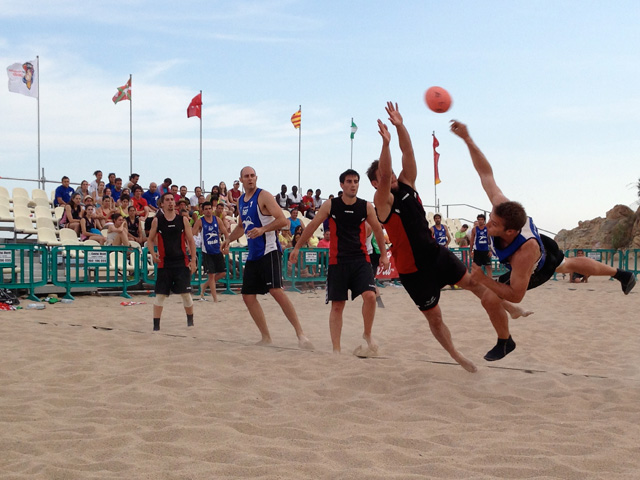 El Balonmano Playa Alcalà ha guanyat 3 vegades el torneig organitzat a Calella. Una jugada d'aquesta edició. Foto: carlespascual.cat