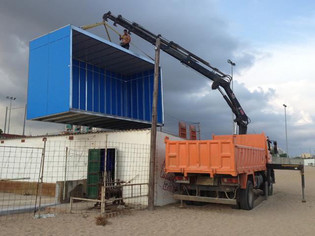 Feina d'instal.lació d'un dels mòduls prefabricats (dimensions, 6 x 2,5 x 3,30). Foto: carlespascual.cat