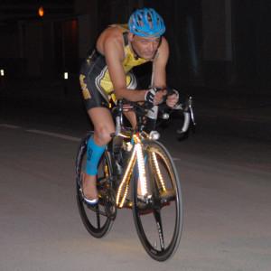 Mé de 2000 llums de neó i una bateria de moto augmenten el pes de la bici en 3 quilos i mig. Foto: Dani Aranda