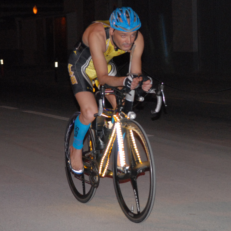 Més de 2000 llums de neó i una bateria de moto augmenten el pes de la bici en 3 quilos i mig. Foto: Dani Aranda