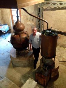 El mestre aiguardenter, Xavier Alcoverro al costat de l'alambí de coure amb capacitat per a destil.lar 250 litres d'aiguardent. Foto: carlespascual.cat