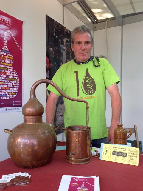 Xavier Alcoverro és el mestre aiguardenter de Prat de Comte. Foto: carlespascual.cat