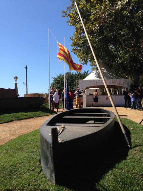 Moment de la hissada de la senyera, amb què s'ha inaugurat la Fira de Calella dedicada a les Terres de l'Ebre. Foto: carlespascual.cat