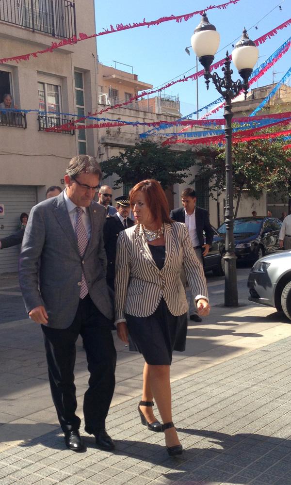 Artur Mas, acompanyat de Montserrat Candini, a la seva arribada a l'Ajuntament de Calella. Foto: carlespascual.cat