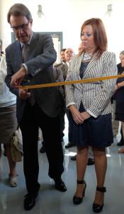 Artur Mas talla la cinta a la inauguració de l'Escola Oficial de l'Alt Maresme a Calella. Foto: carlespascual.cat