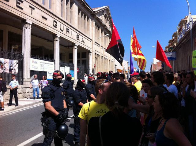 Manifestants reclamant a les portes de la Fàbrica Llobet Guri una educació i una sanitat públiques i de qualitat. Foto: Joaquim Mallorquí