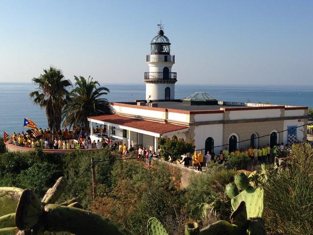 El Far de Calella encerclat per la via catalana. Foto: carlespascual.cat