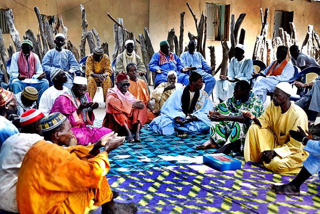 Homes asseguts a terra formant un cercle. Caparan. Foto: Quim Fàbregas