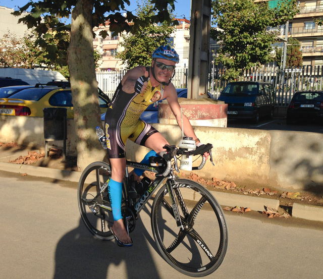 En Dani surt de Calella, per iniciar els 180 quilòmetres en bici. Descalç. Foto: carlespascual.cat
