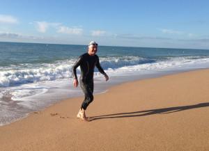Dani Aranda surt de l'aigua després de completar els 3.800 metres. Foto: carlespascual.cat