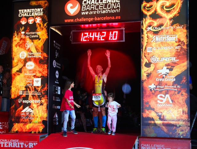 Dani Aranda aixeca els braços després de creuar la línia d'arribada i tancar amb èxit el seu repte. Foto: Alfred Lieury