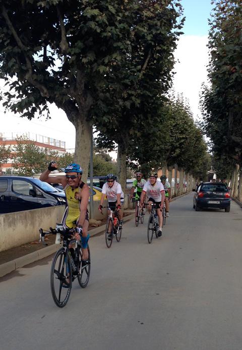 En Dani arriba amb el puny aixecat i acompanyat, després de 180 quilòmetres en bicicleta. Foto: carlespascual.cat