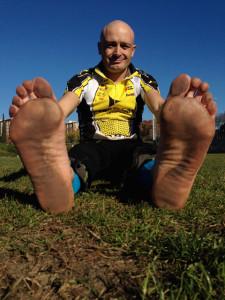 Tot i les 24 hores correns descalç, les plantes dels peus d'en Dani no han patit. Foto: carlespascual.cat