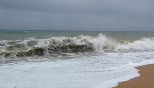El fort onatge a la platja gran de Calella. Foto: carlespascual.cat