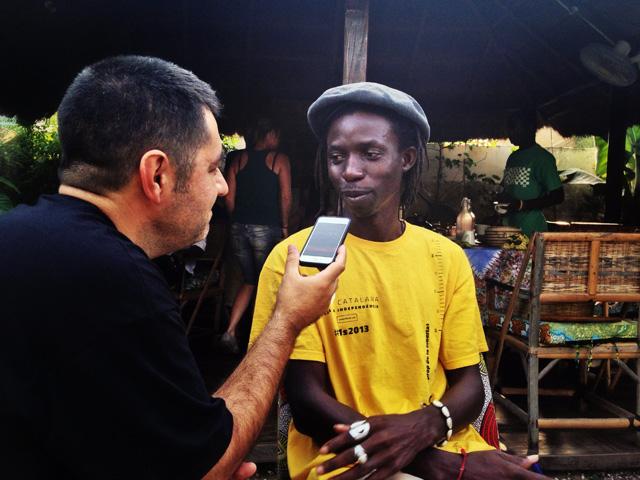 """En Malang, ens rep a casa seva, a la ciutat de Brikama. Afirma que se sent """"un ciutadà del món"""". Foto: Jordi Verdura"""