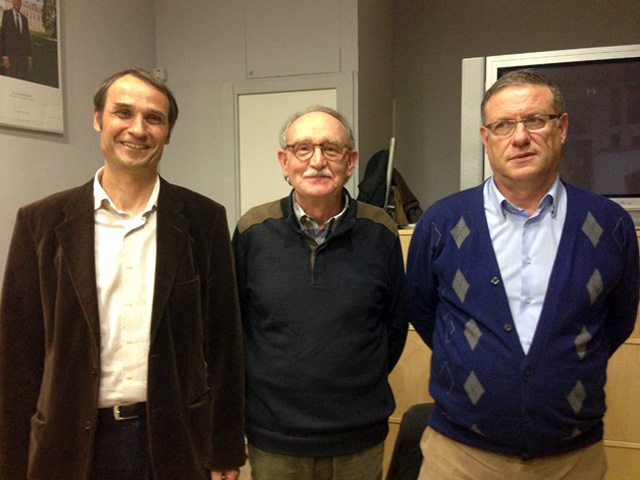 Josep Maria Juhé (esquerra), al costat de Joan Torrent, el primer secretari del PSC a Calella, i Emili Pérez, el nou portaveu del grup. Foto: carlespascual.cat