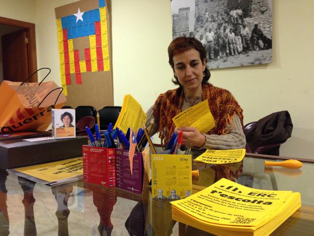 Seu d'ERC. Pilar Rocafort observa els resultats de les enquestes a la ciutadania de la campanya 'Esquerra t'escolta'. Foto: carlespascual.cat