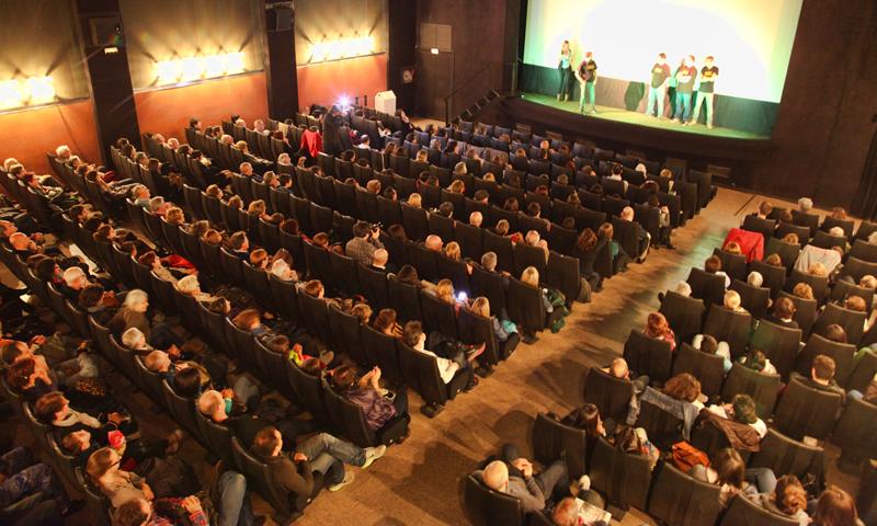 400 persones van omplir la sala Mozart de Calella, en l'estrena del documental 'Calella-Caparan, un somni real'. Foto: Tino Valduvieco
