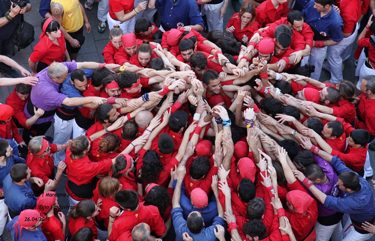 Els Maduixots fan pinya a Plaça el dia del seu bateig. Foto: Tino Valduvieco