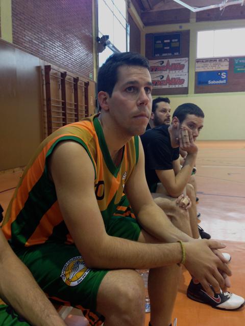 En Xevi Ballabriga assegut a la banqueta, veient els seus companys. Foto: carlespascual.cat