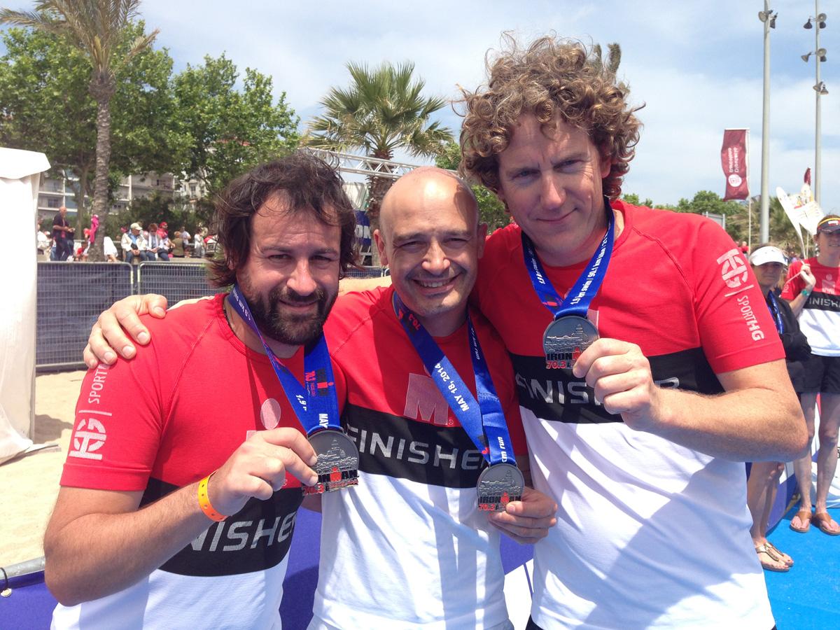 En Quim, fotògraf; en Dani, triatleta; i en James, escriptor, formen l'equip Calella-Caparan. Foto: carlespascual.cat
