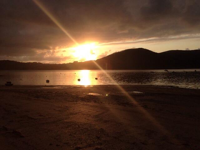 Posta de sol a O Vicedo [Lugo]. El sol marxa a quarts de deu del vespre. Foto: carlespascual.cat