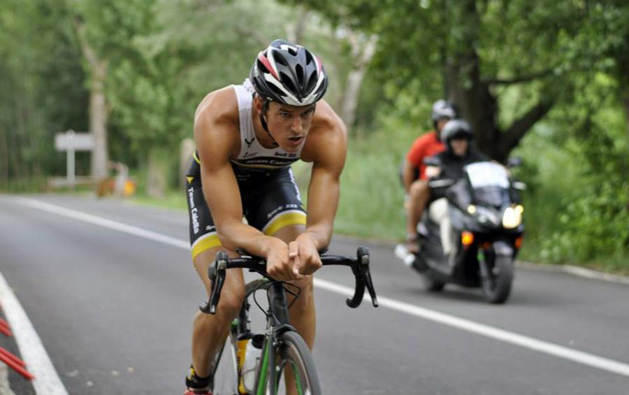 En Guillem Rojas a la bicicleta, a l'últim Campionat de Catalunya de Triatló fet a Banyoles. Foto: Èric Besora