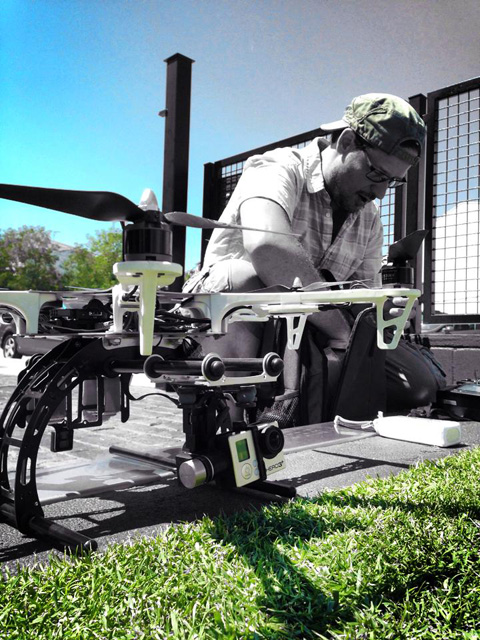 En Carlos Palomares, de dronplus, preparant el dron abans d'un vol. Foto: Jordi Verdura
