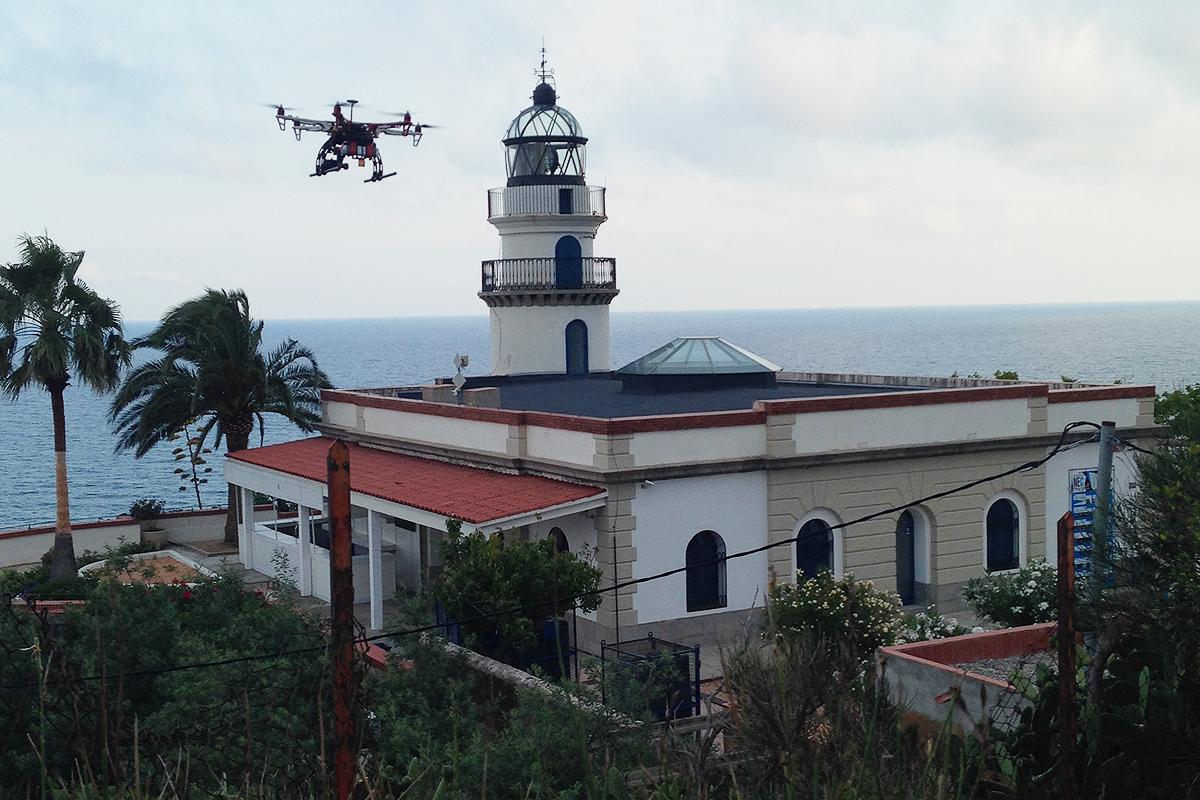 El dron amb què s'han gravat les imatges del Far de Calella, per a dronplus. Foto: Jordi Verdura
