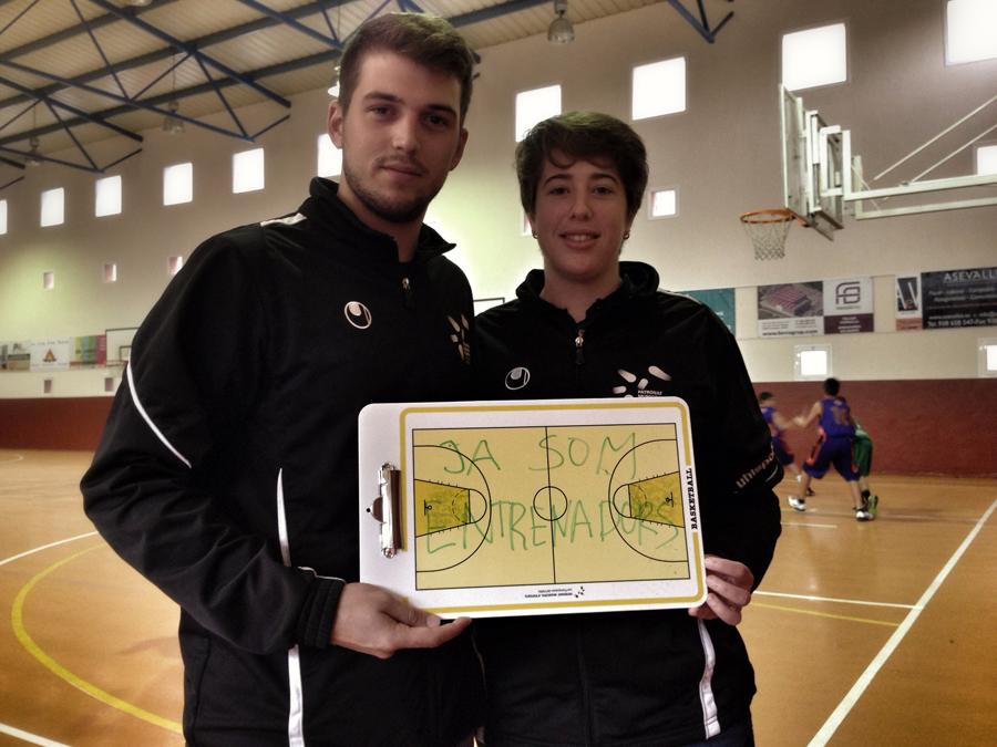 """La revolució de les pissarres. Albert Pericas i Clara Espinasa, del Club Bàsquet Les Franqueses, també diuen que """"ja som entrenadors"""". Foto: carlespascual.cat"""