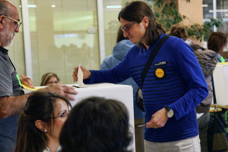 Jan Catà, membre de la CUP, votant el 9-N. Foto: Tino Valduvieco.