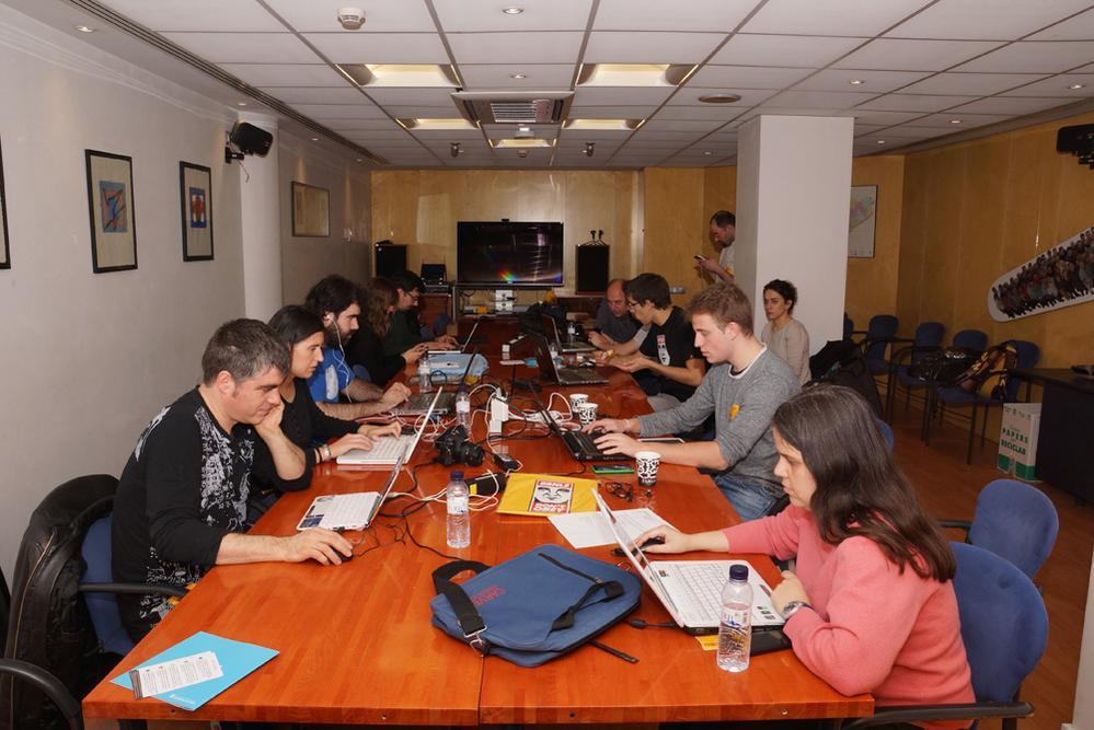 Els viquipedistes treballant a Catalunya Ràdio en l'actualització de l'entrada de Ramon Barnils a la Viquipèdia. Foto: Catalunya Ràdio