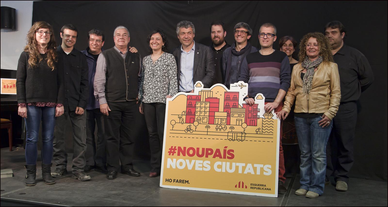 Els 11 primers membres de la llista d'ERC a les Municipals de Calella, amb el diputat Oriol Amorós. Foto: Tino Valduvieco.