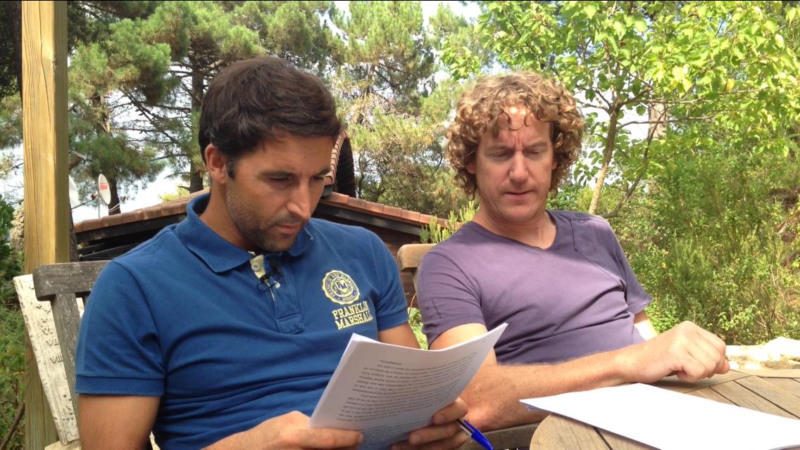 """Miquel Sunyer i James Manresa treballant el llibre """"48 braçades"""". Foto: carlespascual.cat"""