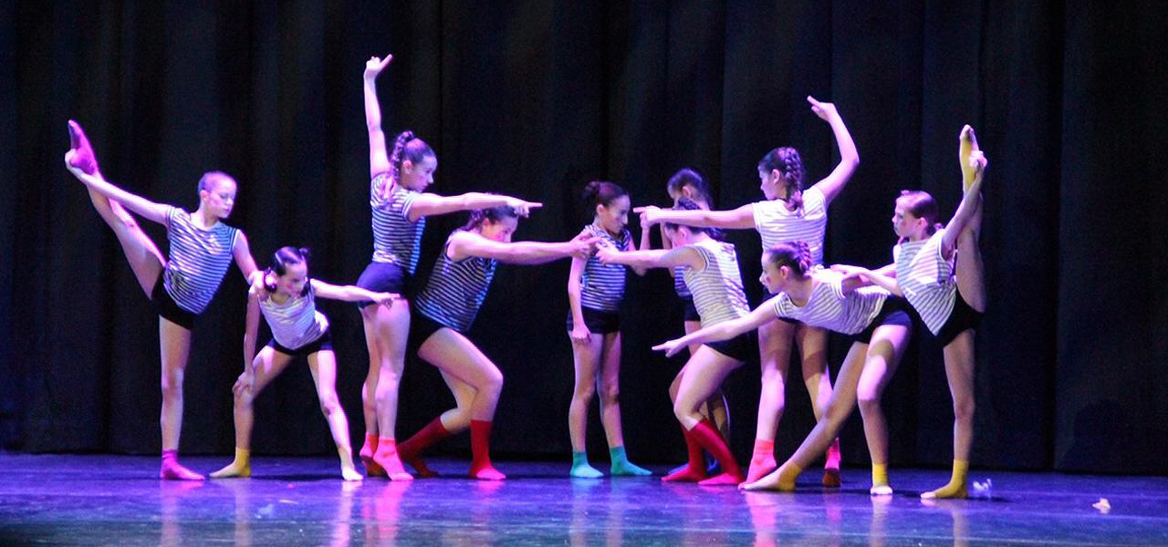 Actuació de l'escola de dansa La Fàbrica de Calella, al DWC de Sitges. Foto: Renata Altieri