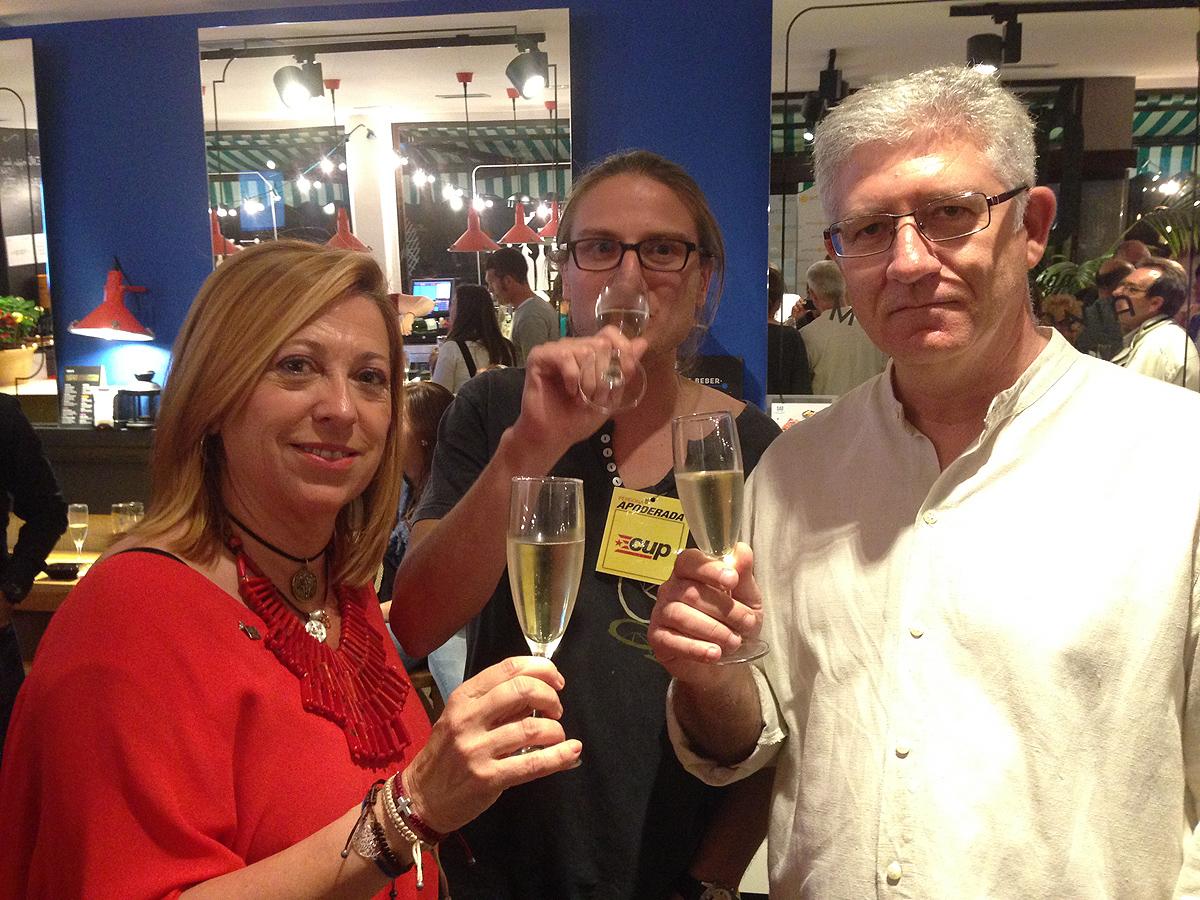Els nous regidors de la CUP, Jan Catà [al centre] i Sebastián Tejada d'Iniciativa [dreta], feliciten Montserrat Candini pel seu triomf a Calella. Foto: carlespascual.cat