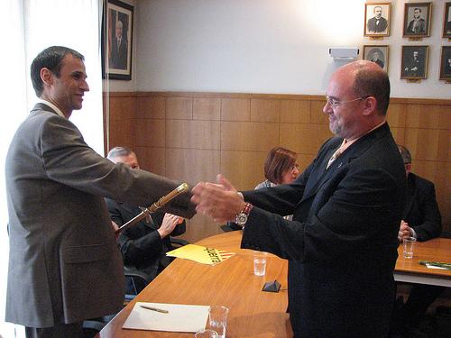 Josep Basart fa entrega de la vara d'alcalde a Josep Maria Juhé [2007]. Foto: Flickr de Saül Gordillo
