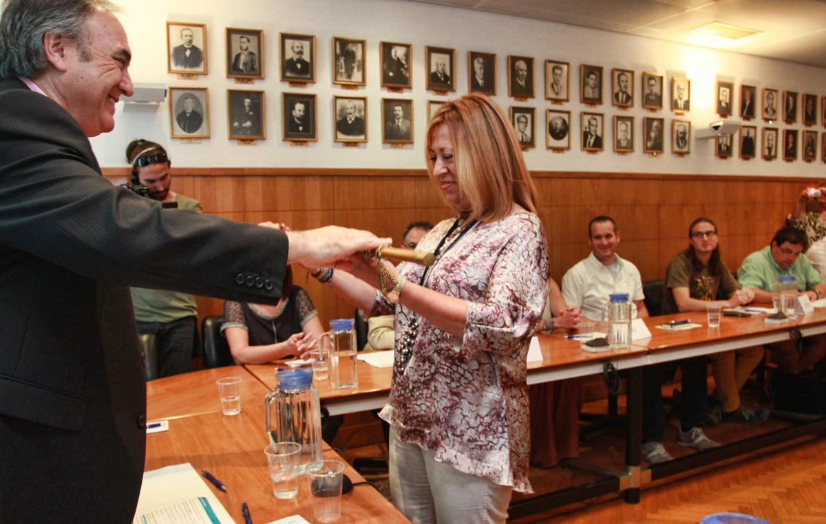 Jordi Sitjà, regidor electe de més edat, dóna la vara a la reelegida alcaldessa de Calella, Montserrat Candini. Foto: Tino Valduvieco