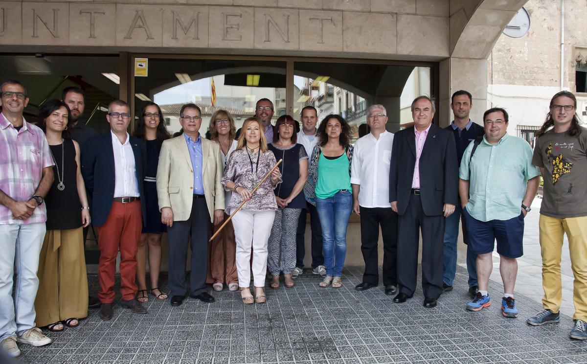 Els 17 regidors que configuren el plenari de la pròxima legislatura a l'Ajuntament de Calella. Foto: Tino Valduvieco