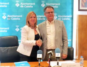 Montserrat Candini [CiU] i Josep Torres [PSC] acorden el pacte de governabilitat. Foto: calellaesmes